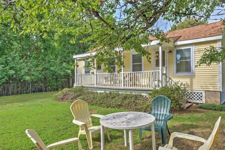 ! 4BR Misquamicut Cottage 2 Blocks from Ocean! - 韋斯特利(Westerly)