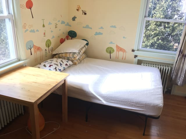 Bright Sunny room, 25 min Bus to Time Square - Leonia - Huis