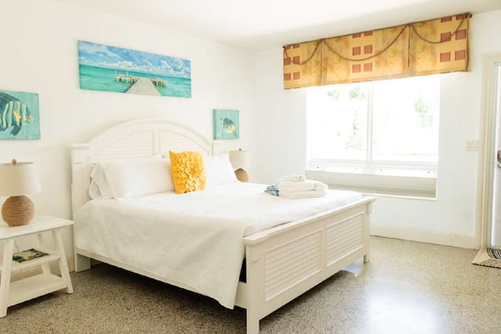 Harbourside  2 - King Studio, Garden View, Bright & Clean, 5-Min Walk to the Beach, No Stairs