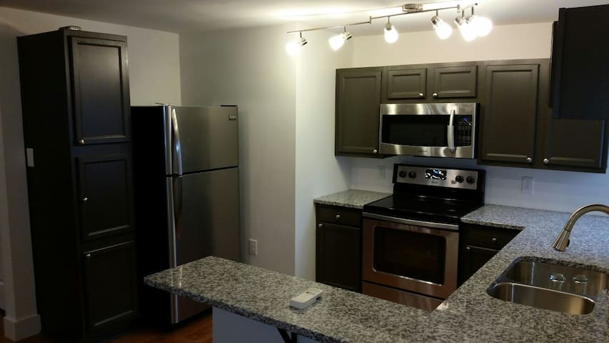 2Bdrm/2Bath, 1.6miles from DT!