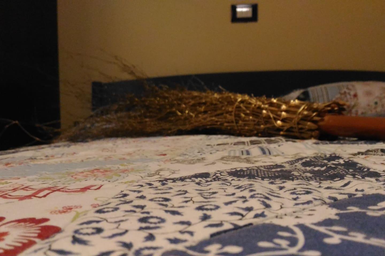 """L'ospitalità delle Strega a """" La Bruca """" 3 camere da letto matrimoniali con bagno privato, una per ogni strega-"""
