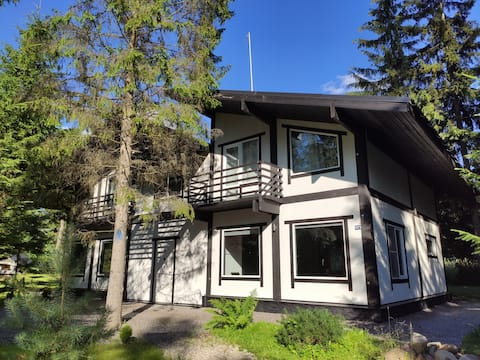 Просторный дом с камином и сауной в лесу