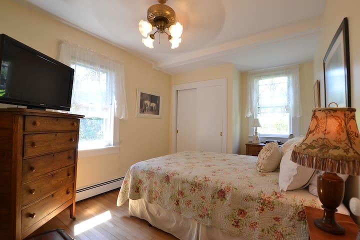 Charming & Secluded 2 bedroom 1 bath sleeps 4