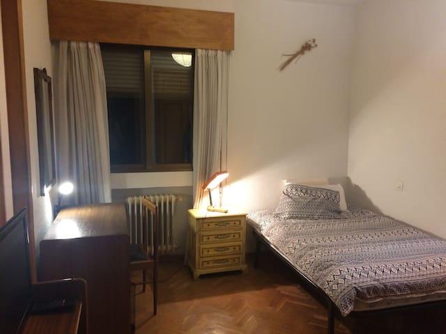 Habitación con baño privado, buena comunicación - Madrid - Huis