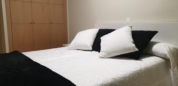 Habitación de matrimonio luminosa y confortable