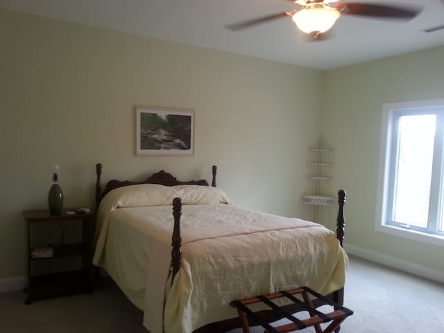 Bright Spacious Bedroom with Views - Yanceyville - Lejlighed