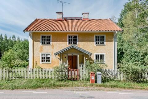 Historyczny kamienny dom na obrzeżach Brevens Bruk