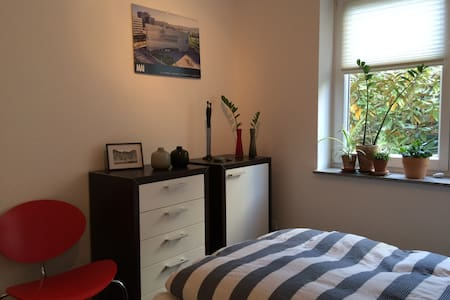 Bedroom in modern apartment close to WHU & Rhine - Daire
