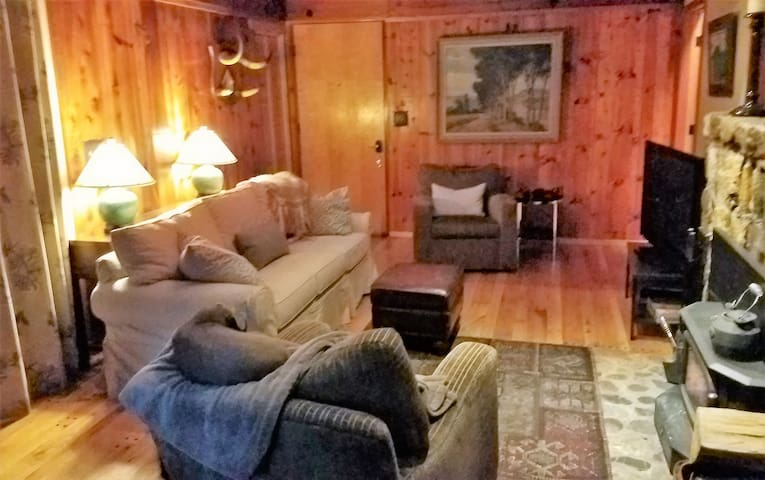 Rustic,Cozy,Quiet, 3 rooms,fireplace 7 min off 80