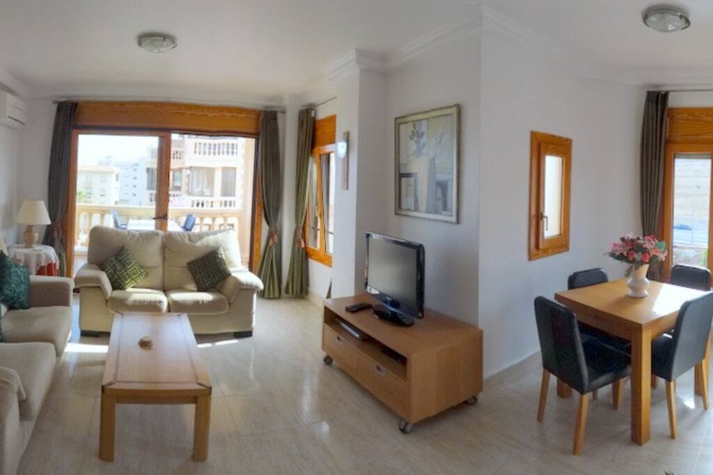 woonkamer met eethoek en een terras van 12 m2