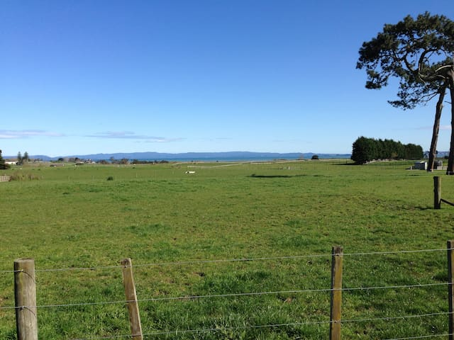 Country location close to the city - Karaka