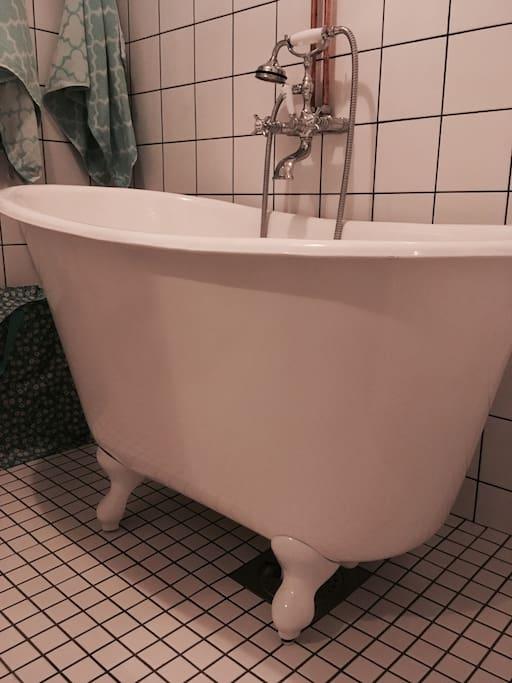 Nyrenoverat (2017) retro -badrum med gjutjärnsbadkar och kopparrör.