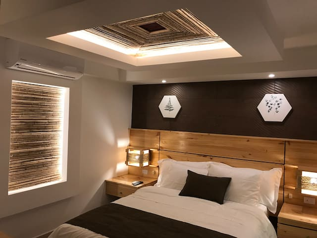 With a queen size bed and 1 sofa bed for 1 person, we can host 3 persons or a couple and a kid.