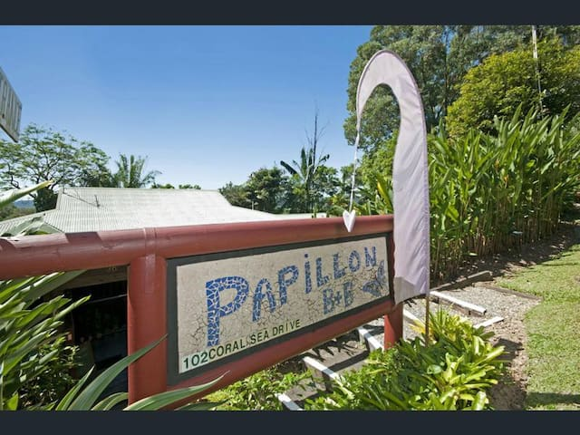"""Papillon"" Tropical Hideaway - The Red Room"