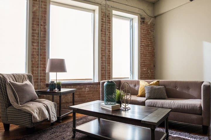 Spacious 2BR @ Heart of Downtown + Convention Ctr