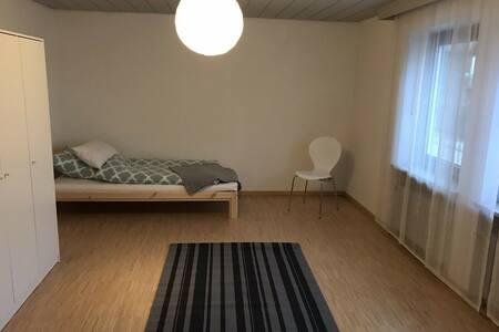 Zimmer in großem Haus m. 2 Bädern