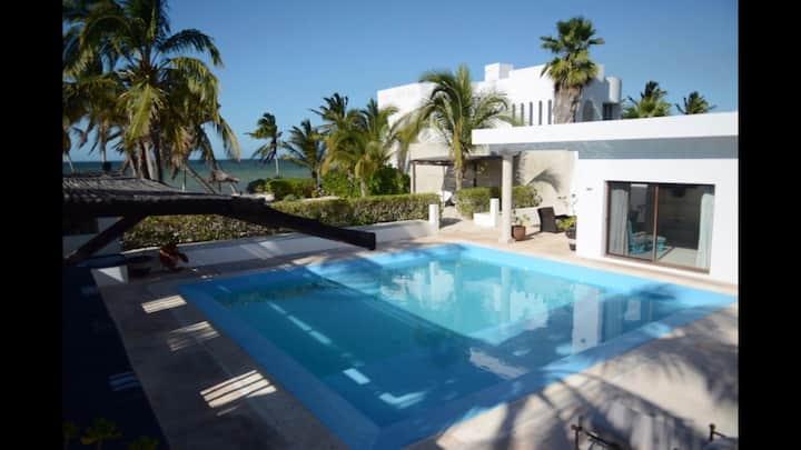 Exciting oceanfront hidden gem Casa frente al mar!