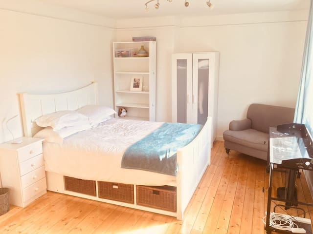 Bright, homely, quiet flat beside Finsbury Park