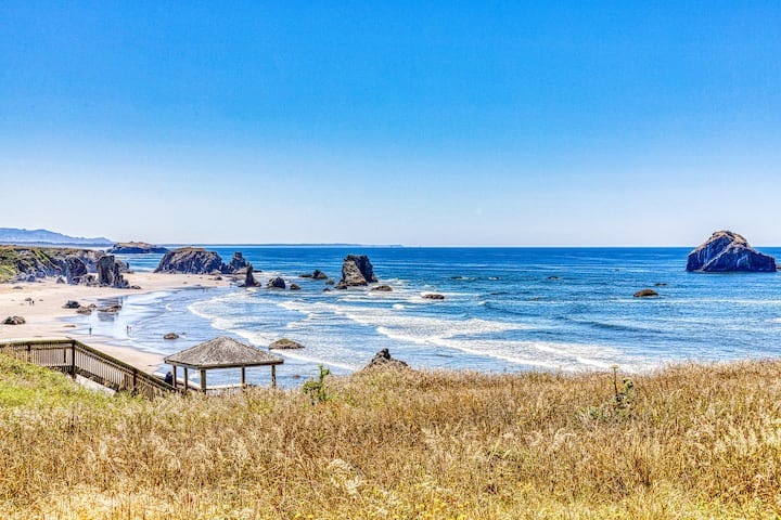 Dog-friendly cottage on the bluff with unobstructed ocean views