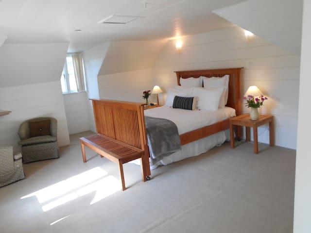 Lavender Loft Suite | Continental breakfast incl.
