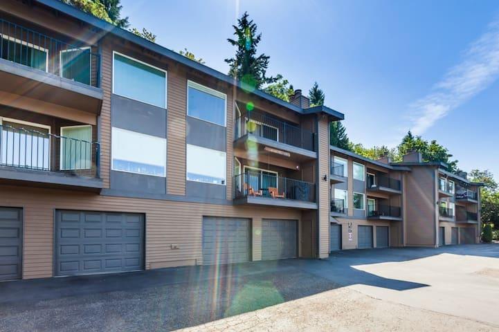 Perfect 2 Bdrm (Corp) Housing in Dwntown Bellevue! - Bellevue - Apto. en complejo residencial