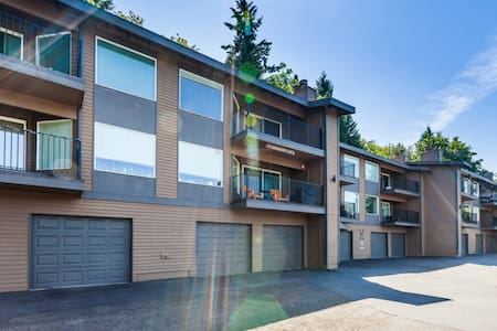 Perfect 2 Bdrm (Corp) Housing in Dwntown Bellevue! - Bellevue - Condominium