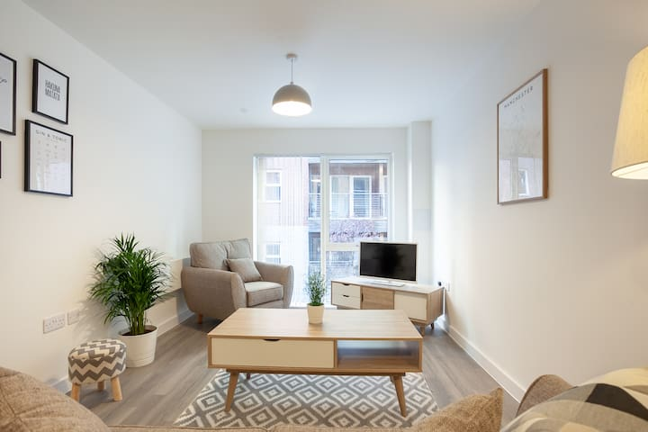 Stylish 2 Bed City Apt with Private Balcony ✔️