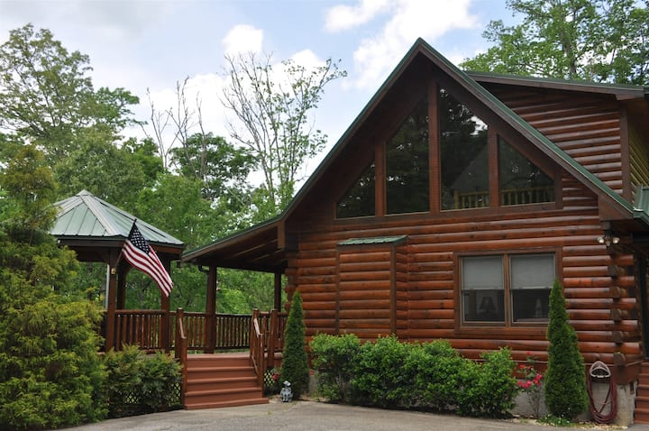 Cherokee Ridge Retreat - Mountainside Log Cabin with a Hot Tub, Wi-Fi, and View Minutes to Rafting, Hiking, and the Casino