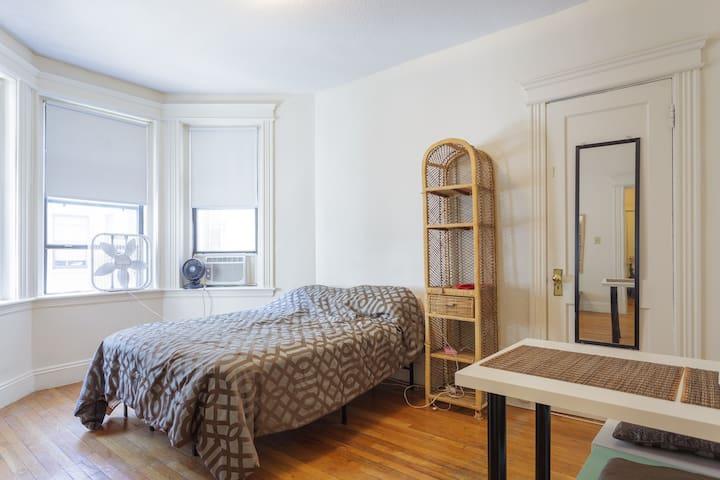 Cozy Apt @ Prime location. Steps to Bus & Trains! - Boston - Apartment