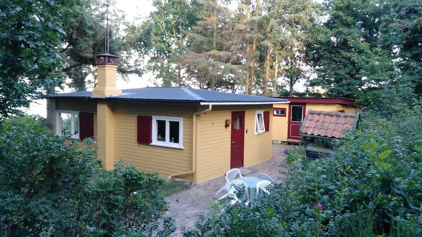 Lille sommerhus under træerne i Sandkaas - Allinge - Casa