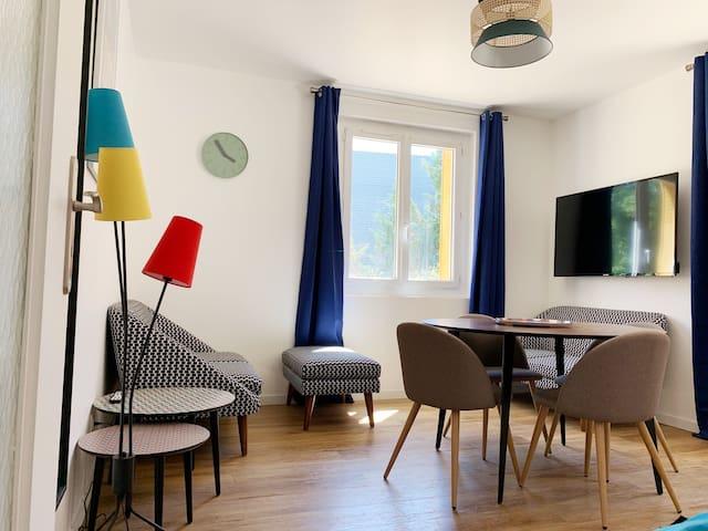 Le salon/salle à manger.