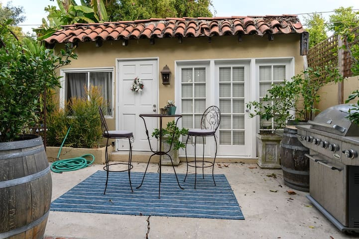 Cozy Private Guest House by Melrose with Patio & Grill