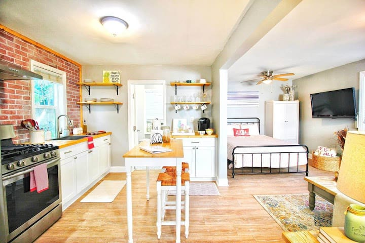★Colada Cottage★ est. 1928, Huge Yard, Safe Area!