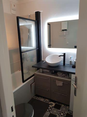 Salle de bain, toilette, avec un vasque et une baignoire.