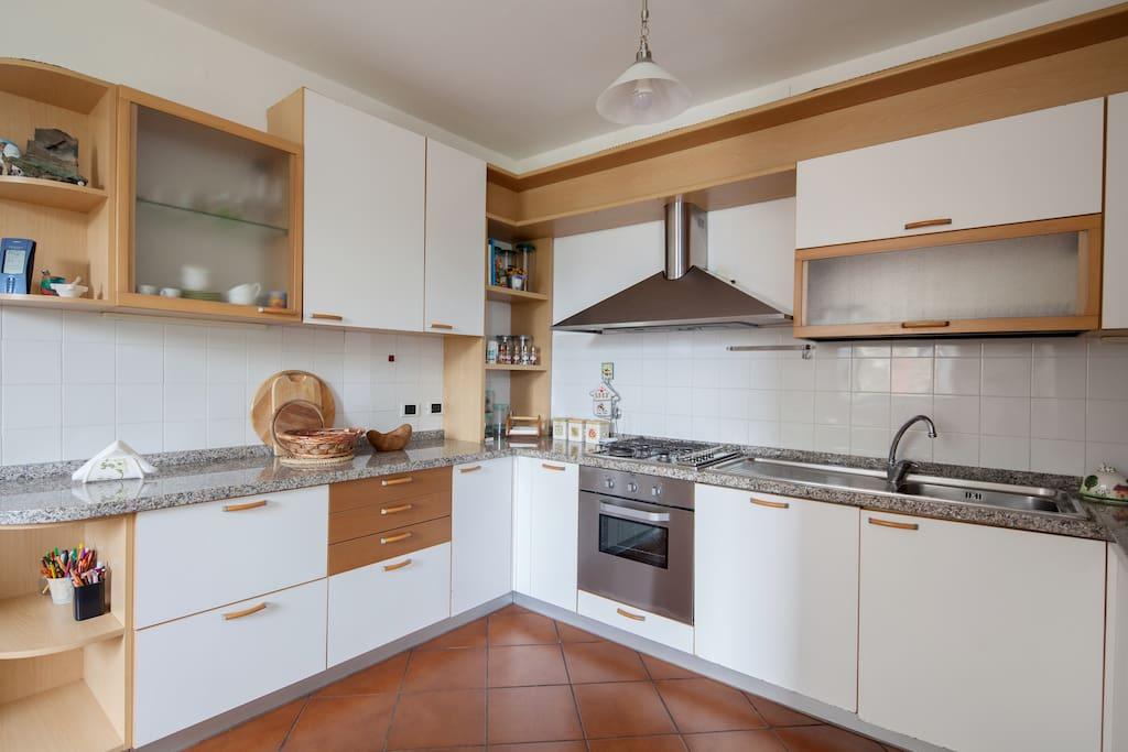 Cucina con lavastoviglie ,frigorifero ,freezer,forno a microonde, forno tradizionale  , tostapane
