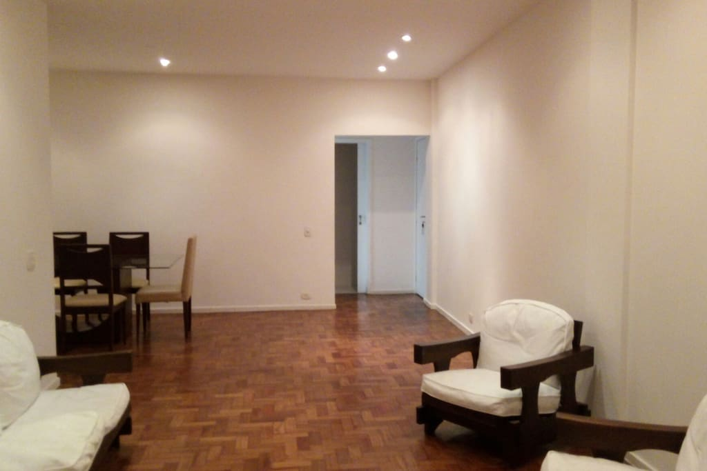 Sala ampla com sofa de 3 lugares e 2 poltronas