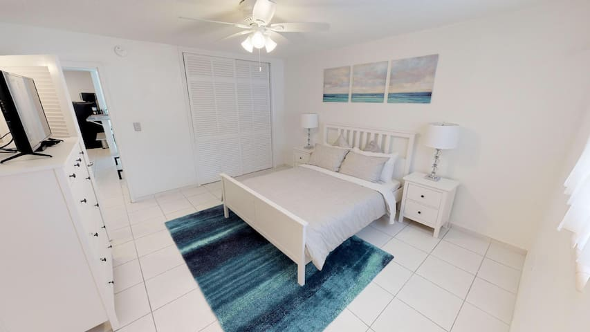 South Beach with Parking & Balcony, Walk to Beach