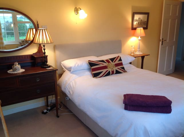 Dble room & bath £49 incl Cont'tal Bfast Eastcott