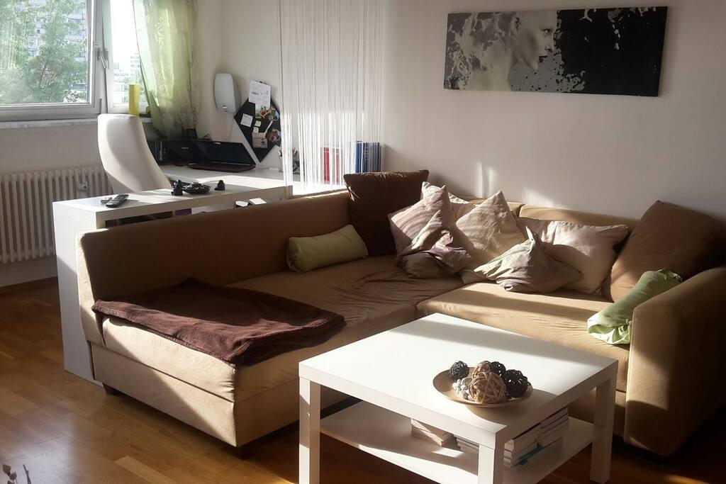 Das Wohnzimmer (Liegefläche der Couch erweiterbar auf 1,90x1,80m, somit bequem Platz für 2 Personen)
