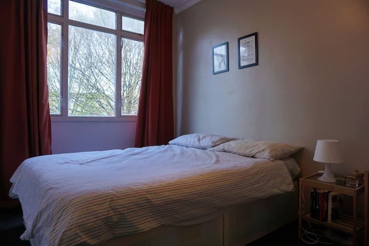 Cosy room walking distance to Victoria Park