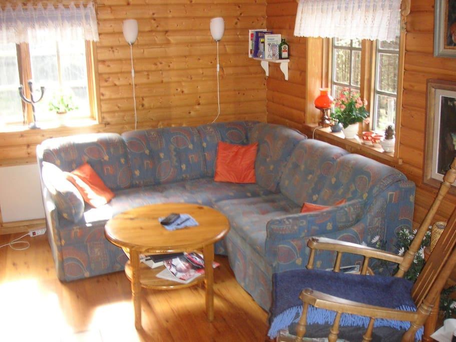 Ett rum med sovalkov inne i stugan