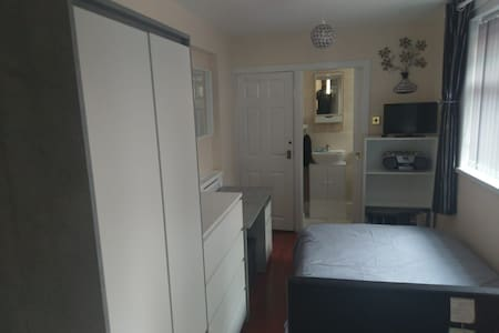 Newly refurbished double room 5 mins from city