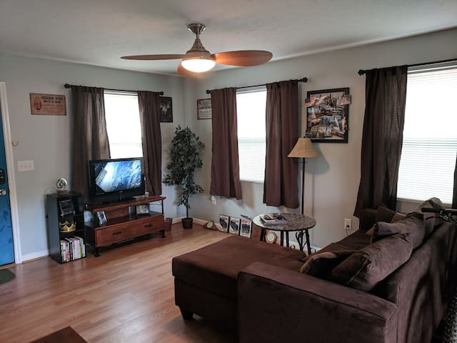 Spacious 1 BR - Walk to the Park and Restaurants