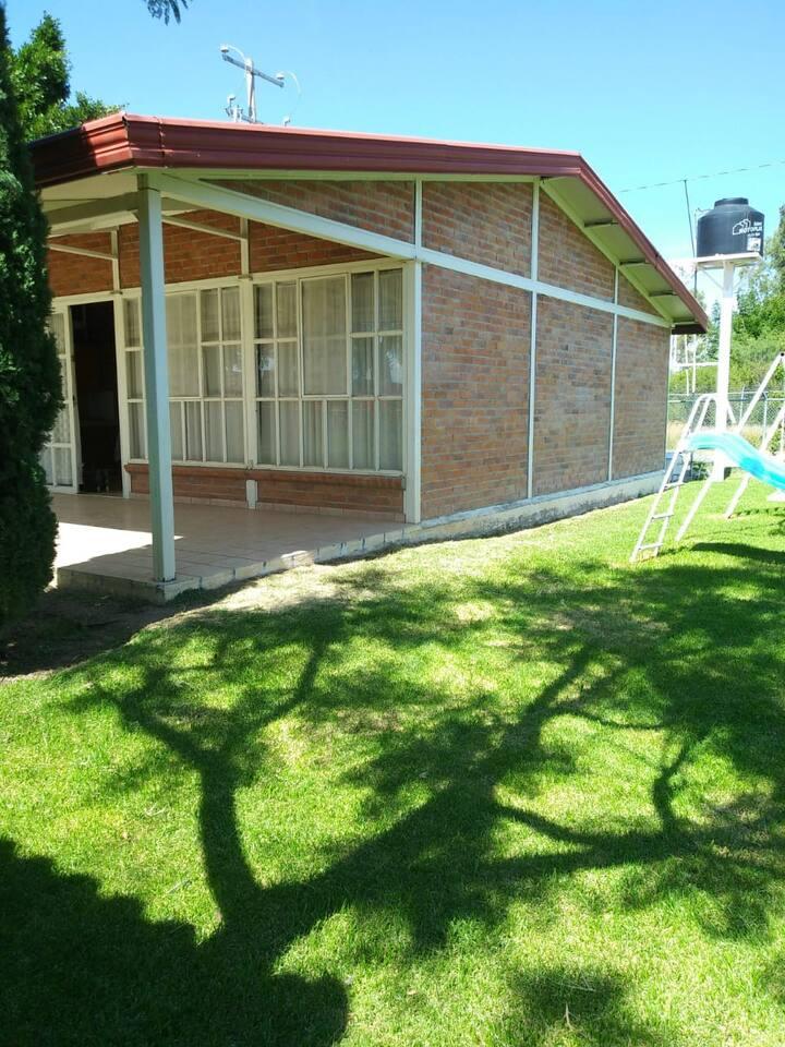 Cabaña y amplio jardín fin de semana en familia
