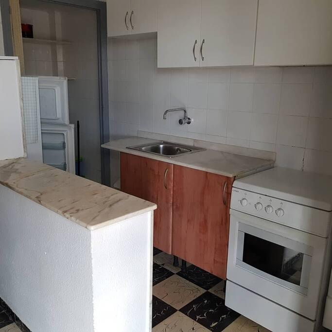 cocina con despensa,horno y microondas,y toda la vajilla que necesiten