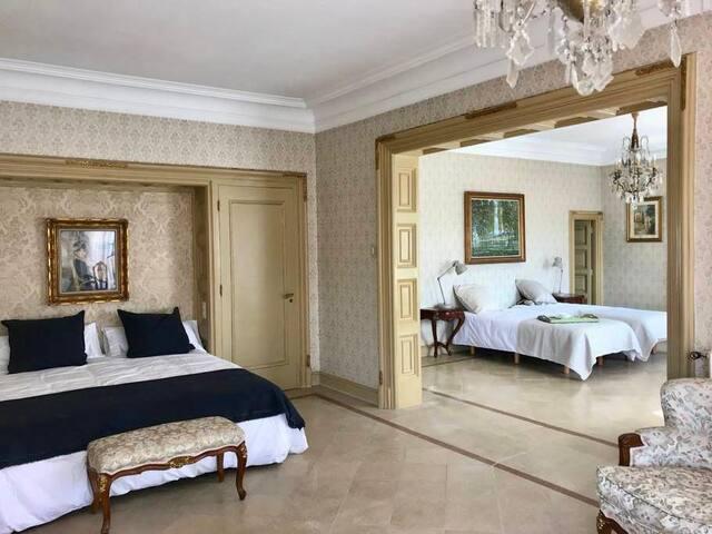 Suite doble, estilo francés, con cama de matrimonio XL y doble cama. Ideal   para famílias