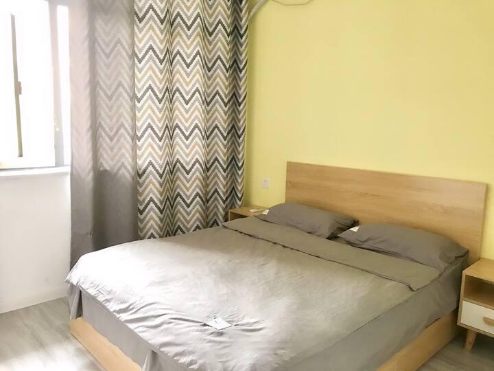 一个人出行便宜舒适拥有窗户的房间