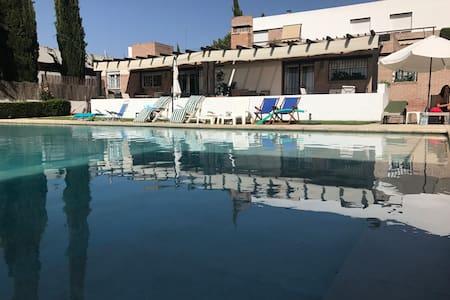 Villa con Piscina a 10' de Granada. Wifi y Parking