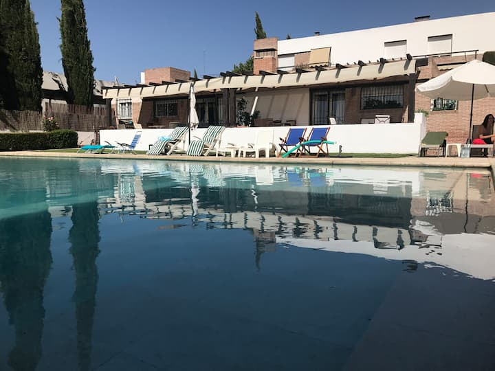 Villa con Piscina a 10' de Granada. Wifi y Parking