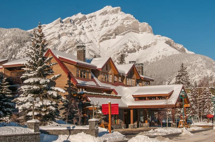 Stunning Mountain Suite Steps from Banff Centre! FREE Breakfast Buffet